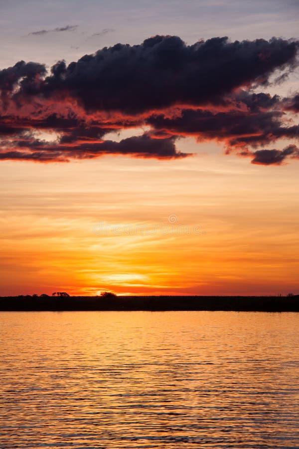 Coucher du soleil au-dessus de rivière de Chobe, Botswana image libre de droits