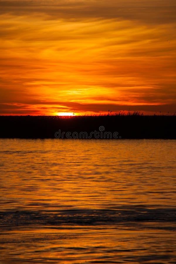 Coucher du soleil au-dessus de rivière de Chobe, Botswana photographie stock libre de droits