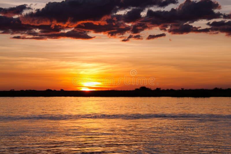 Coucher du soleil au-dessus de rivière de Chobe, Botswana photo libre de droits