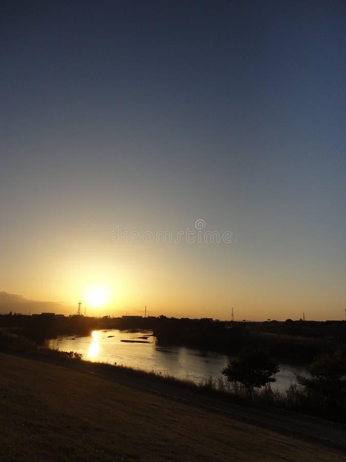 Coucher du soleil au-dessus de rivière de Kokai image stock