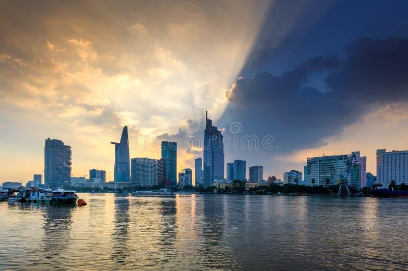 Coucher du soleil au-dessus de rivière de Saigon, Vietnam image libre de droits