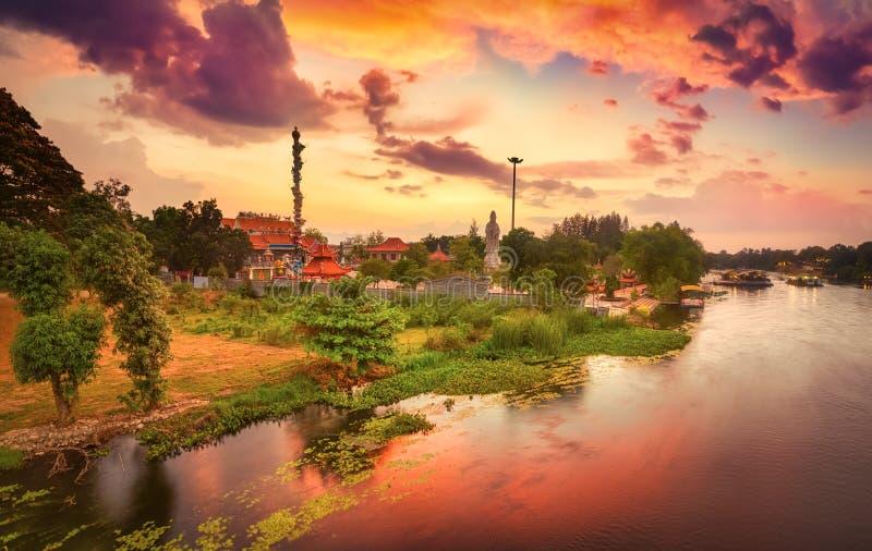 Coucher du soleil au-dessus de rivi?re de Kwai, Kanchanaburi, Tha?lande photo libre de droits