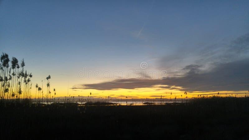 Coucher du soleil au-dessus de Salina de Torrevieja image stock