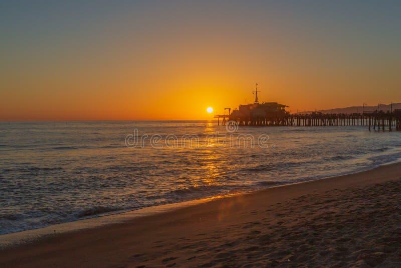 Coucher du soleil au-dessus de Santa Monica Pier et de plage photo stock