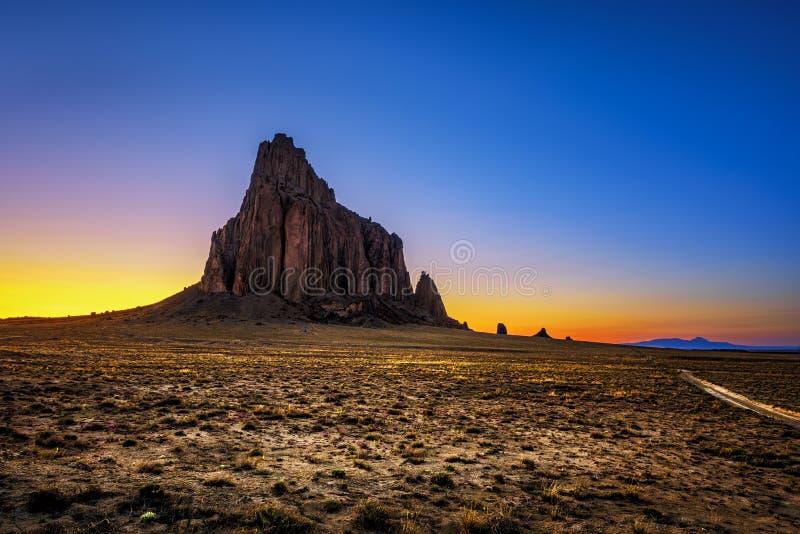 Coucher du soleil au-dessus de Shiprock au Nouveau Mexique image libre de droits