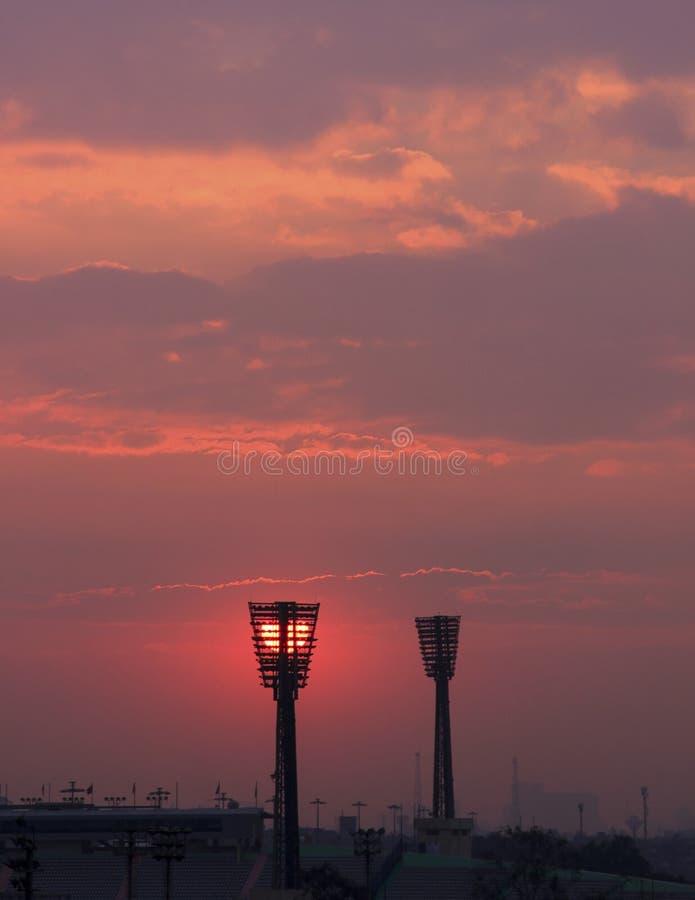 Coucher du soleil au-dessus de stade de football image stock