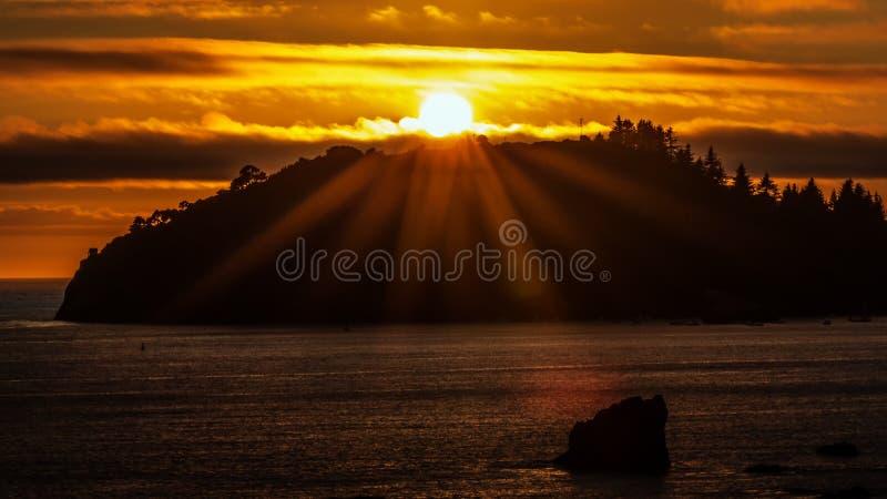 Coucher du soleil au-dessus de Trinidad Head, Trinidad, la Californie, Etats-Unis photographie stock