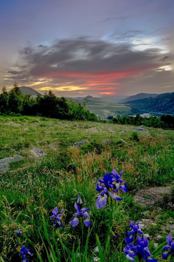 Coucher du soleil au-dessus de vallée après jour venteux image libre de droits