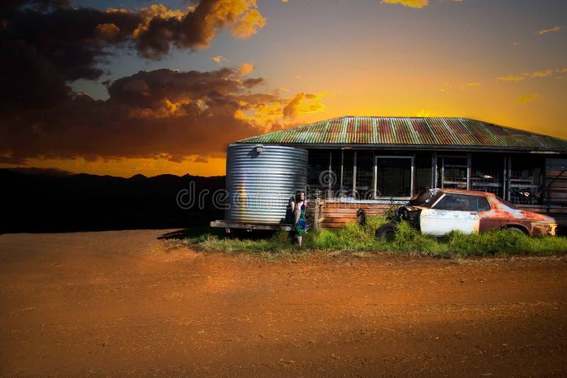 Coucher du soleil au-dessus de vieille cabane images stock