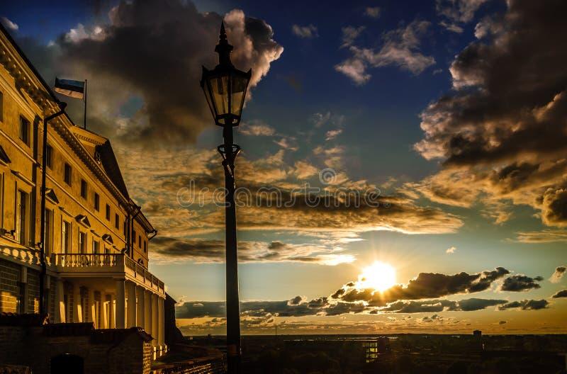 Coucher du soleil au-dessus de vieille ville de Tallinn en Estonie photographie stock libre de droits