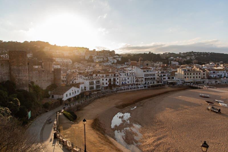 Coucher du soleil au-dessus de village méditerranéen de côte image libre de droits