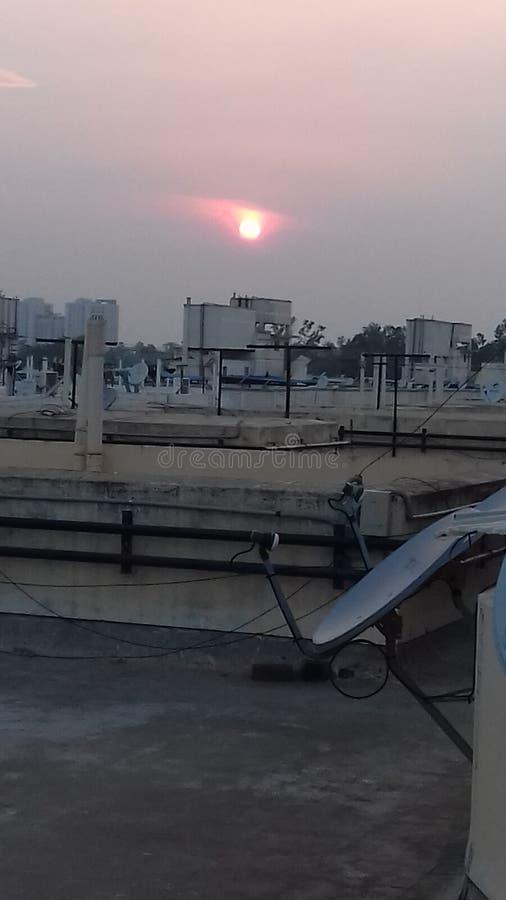 Coucher du soleil au-dessus de ville images stock