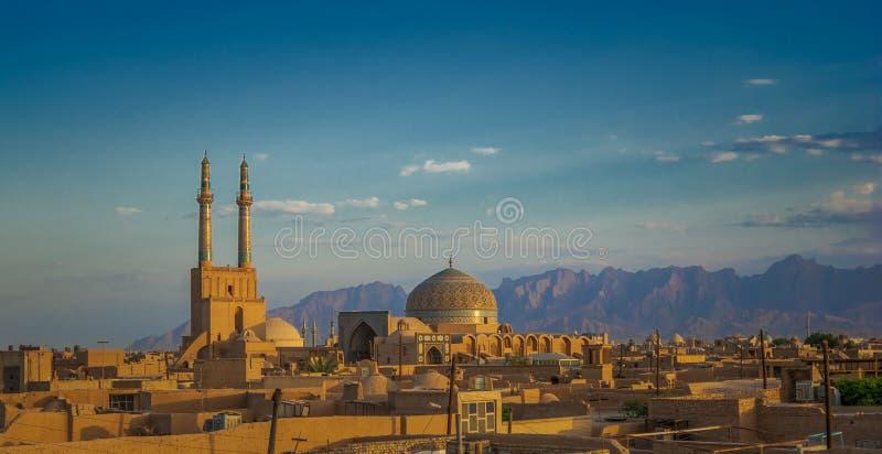 Coucher du soleil au-dessus de ville antique de Yazd, Iran image stock