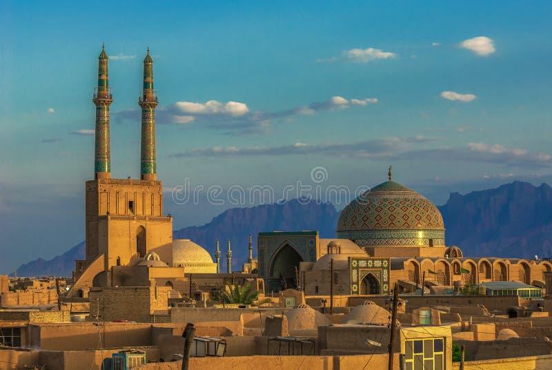 Coucher du soleil au-dessus de ville antique de Yazd, Iran image libre de droits