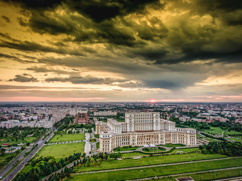 Coucher du soleil au-dessus de vue aérienne de Bucarest d'hélicoptère image stock