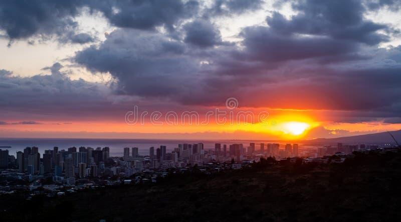Coucher du soleil au-dessus de Waikiki, Hawaï, Etats-Unis images libres de droits