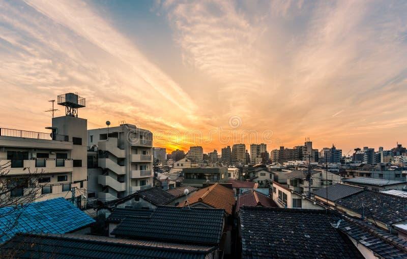 Coucher du soleil au-dessus des bâtiments à Tokyo photo stock