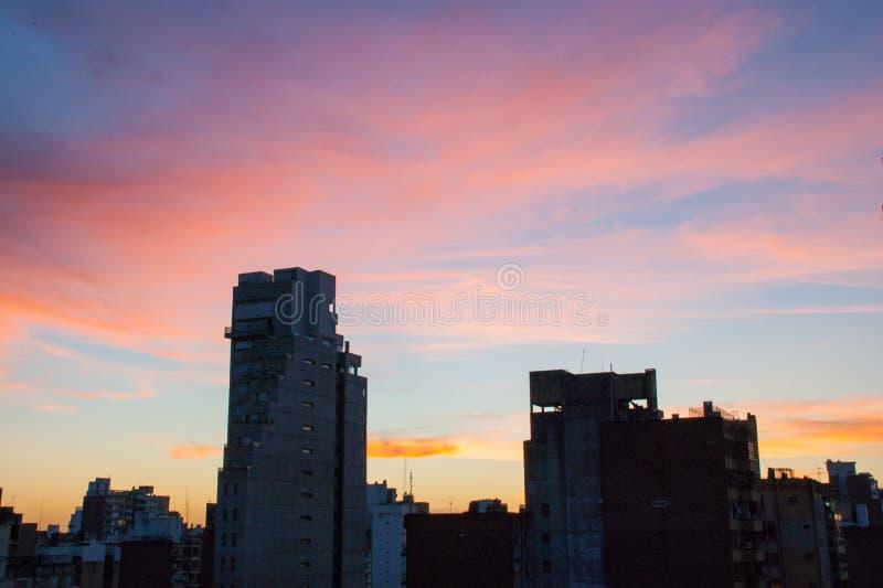 Coucher du soleil au-dessus des bâtiments de ville de Rosario photographie stock