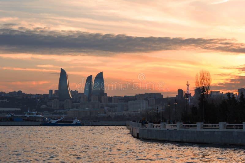 Coucher du soleil au-dessus des boulevards de bord de la mer à Bakou photos stock