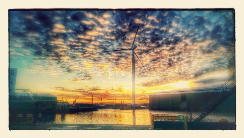 Coucher du soleil au-dessus des docks photo stock