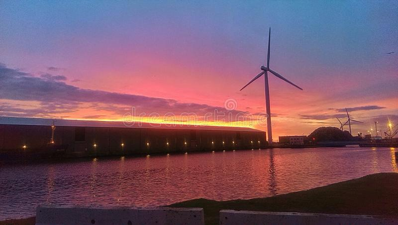 Coucher du soleil au-dessus des docks image stock