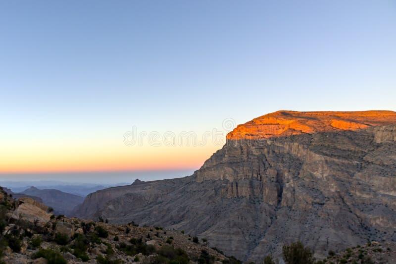 Coucher du soleil au-dessus des feintes de Jebel - Oman photos libres de droits