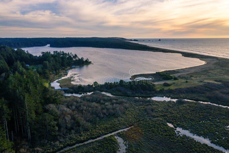 Coucher du soleil au-dessus des flores lac et océan photo stock