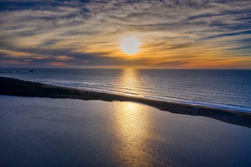 Coucher du soleil au-dessus des flores lac et océan photographie stock