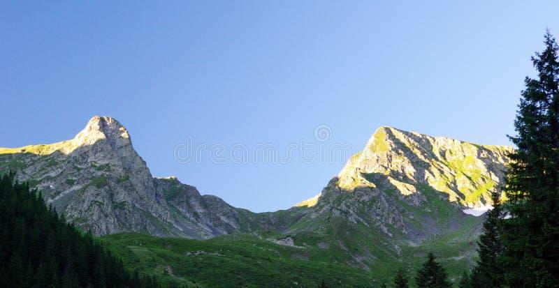 Coucher du soleil au-dessus des montagnes images libres de droits