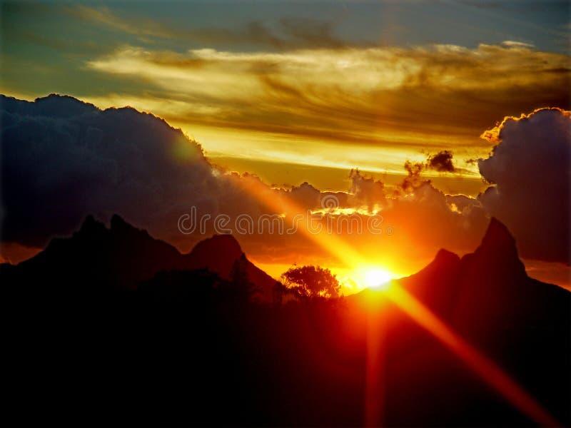 Coucher du soleil au-dessus des montagnes photos stock