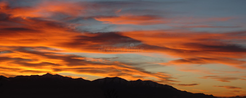 Coucher du soleil au-dessus des montagnes photo libre de droits
