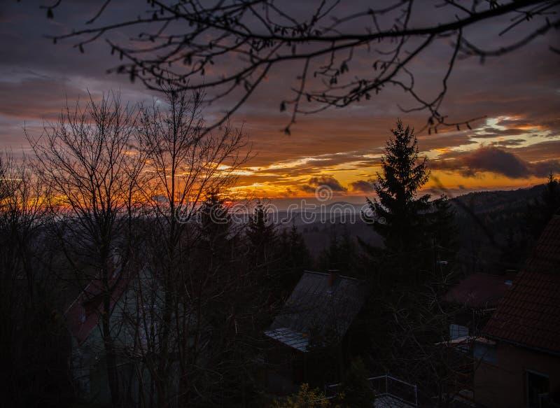 Coucher du soleil au-dessus des montagnes photographie stock
