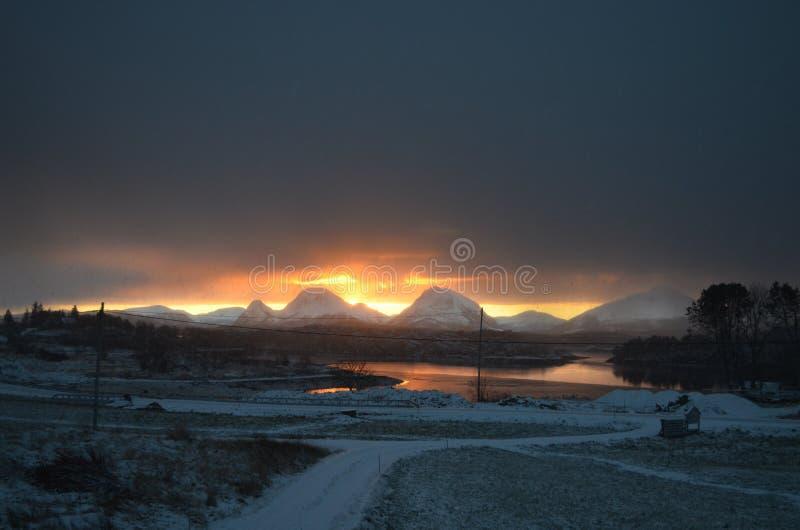 Coucher du soleil au-dessus des montagnes images stock