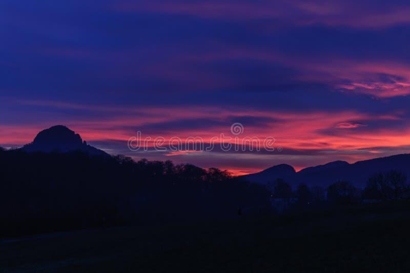 Coucher du soleil au-dessus des montagnes Ciel de nuit et silhouette bleu-foncé et roses de montagne photos libres de droits