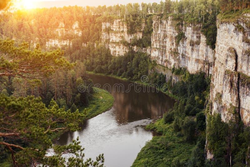 Coucher du soleil au-dessus des montagnes d'Ural Canyon de la rivière d'AI images stock