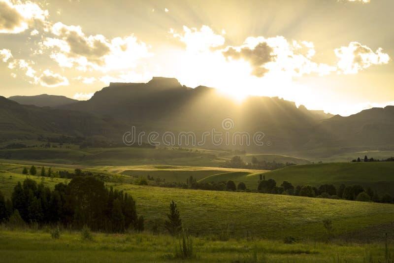 Coucher du soleil au-dessus des montagnes de Drakensberg, Afrique du Sud photographie stock