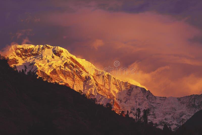 Coucher du soleil au-dessus des montagnes de l'Himalaya Népal de voie d'ABC image libre de droits