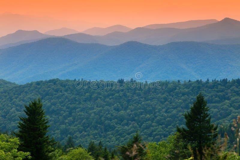 Coucher du soleil au-dessus des montagnes de Ridge bleu image stock