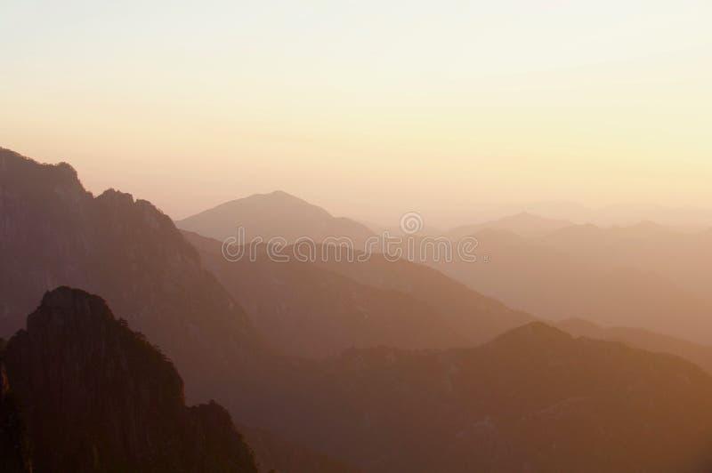 Coucher du soleil au-dessus des montagnes jaunes, Huangshan, Chine photos libres de droits