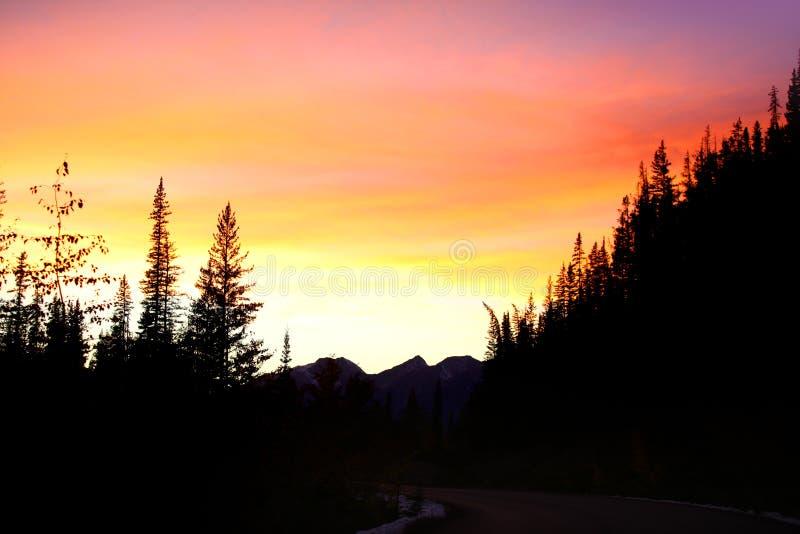 Coucher du soleil au-dessus des montagnes rocheuses canadiennes photographie stock libre de droits