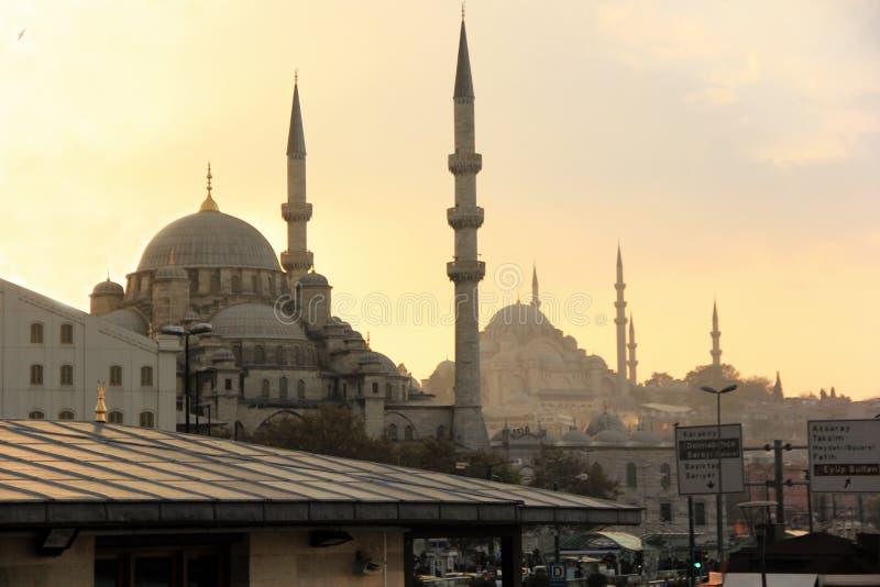 Coucher du soleil au-dessus des mosquées d'Istanbul image stock