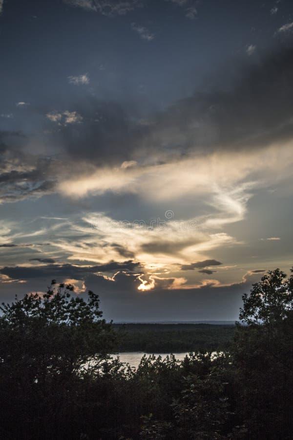 Coucher du soleil au-dessus des nuages Vues de crépuscule de montagne de Cadillac image stock