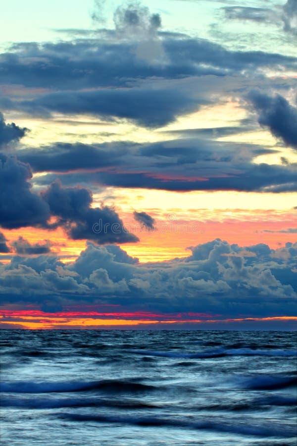Coucher du soleil au-dessus des ondes de supérieur de lac photos libres de droits