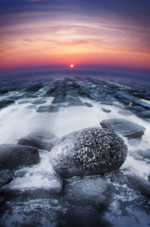 Coucher du soleil au-dessus des roches d'océan photo stock