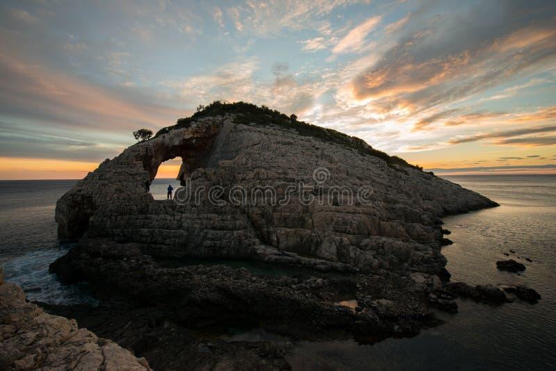 Coucher du soleil au-dessus des roches au korakonisi Zakynthos image stock