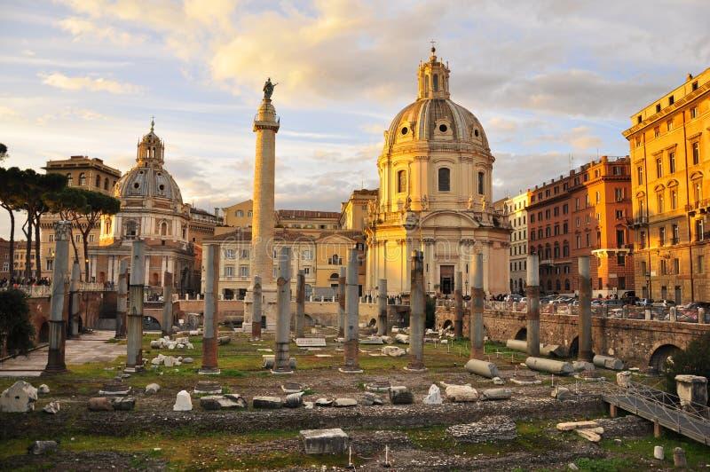 Coucher du soleil au-dessus des ruines de Rome antique photo stock