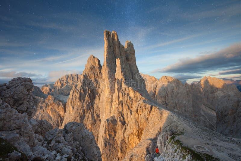 Coucher du soleil au-dessus des tours de Vajolet en dolomites photo stock