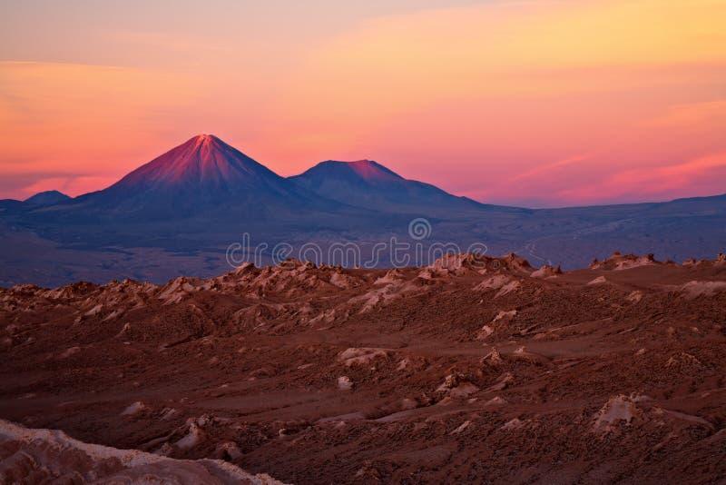 Coucher du soleil au-dessus des volcans et de la La Luna, Chili de Valle De images libres de droits
