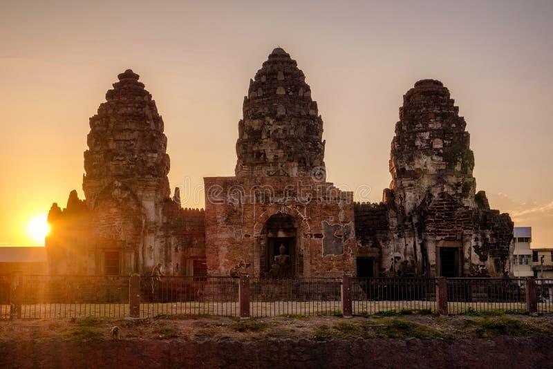 Coucher du soleil au-dessus des WI antiques de style de khmer de monument (Phra esquintent Sam Yot) image stock
