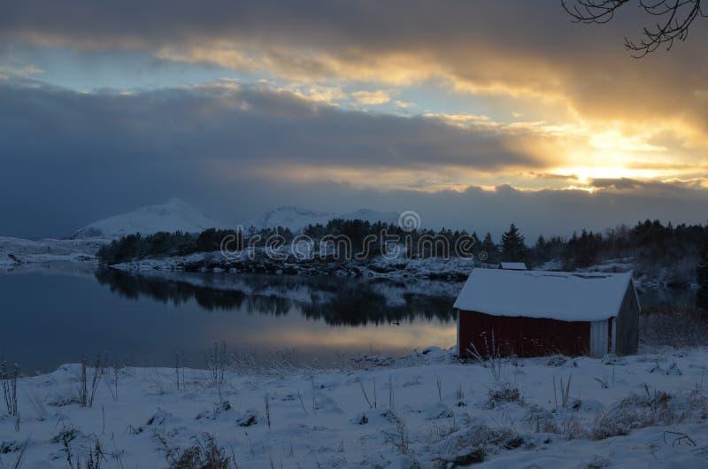 Coucher du soleil au-dessus du fjord photos stock
